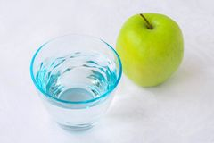 Стекло воды и яблока Стоковая Фотография RF