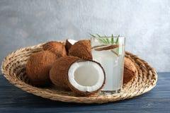 Стекло воды кокоса с гайками Стоковые Изображения RF