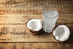 Стекло воды кокоса с гайкой Стоковые Изображения
