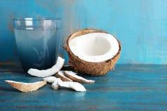 Стекло воды кокоса с гайкой Стоковая Фотография RF