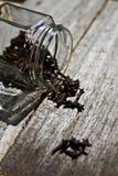 Стекло, гвоздики, деревенская деревянная предпосылка, селективный фокус Стоковая Фотография