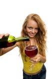 стекло девушки льет вино Стоковое Фото