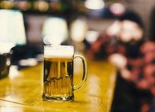 Стекло заполнило с холодным вкусным пивом в пабе Стоковые Изображения