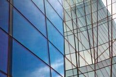 Стекло здания Облака отраженные в окнах современного офисного здания Стоковое фото RF
