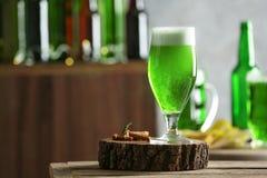 Стекло зеленого пива на таблице в баре Торжество дня ` s St. Patrick Стоковые Изображения RF