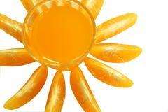 Стекло изолята апельсинового сока и апельсина мандарина на белой предпосылке стоковые изображения
