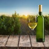 Стекло и бутылка белого вина на деревянном Стоковое Изображение RF