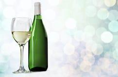 Стекло и бутылка белого вина на предпосылке Стоковая Фотография