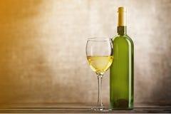 Стекло и бутылка белого вина на grunge Стоковая Фотография RF