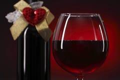 Стекло и бутылка красного вина с сердцем Стоковая Фотография