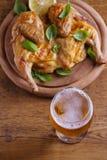 Стекло и бутылка цыпленка пива и spatchcock Хорошо испеченный и сочный цыпленок хорошая еда к стеклу эля стоковые фото