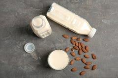 Стекло и бутылки с молоком миндалины Стоковое Фото