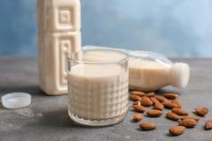 Стекло и бутылки с молоком миндалины Стоковое Изображение RF