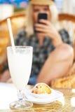 Стекло коктеила и булочки на таблице Стоковое фото RF