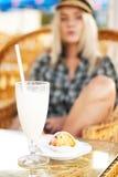 Стекло коктеила и булочки на таблице Стоковое Фото