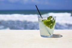 Стекло коктеиля на предпосылке моря Стоковая Фотография
