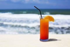 Стекло коктеиля на предпосылке моря Стоковые Изображения RF