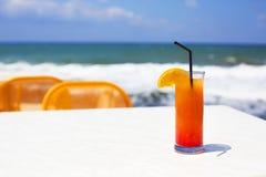 Стекло коктеиля на предпосылке моря Стоковое фото RF