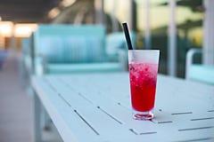 Стекло коктеиля на таблице outdoors Стоковое Изображение RF