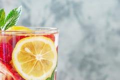 Стекло конца-вверх лимонада Свежий здоровый напиток от лимона и ягод Фото с космосом для текста стоковое изображение rf