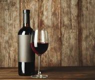 Стекло красного вина и бутылки с пустым ярлыком Стоковое Изображение RF