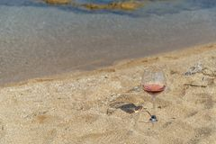 Стекло красного вина на береге моря Salento Италии стоковая фотография rf
