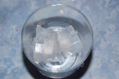Стекло кубов льда Взгляд верхней части Стоковые Фотографии RF