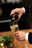 стекло льет вино кельнера Стоковая Фотография
