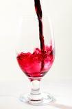стекло льет вино Стоковое Изображение