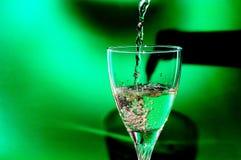 стекло льет вино Стоковое фото RF