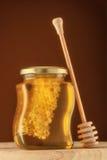 Стекло меда с сотом Стоковое Изображение