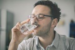 Стекло молодого человека выпивая воды Стоковое Фото