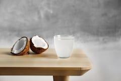 Стекло молока и гаек кокоса на таблице Стоковые Фотографии RF