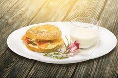 Стекло молока и гамбургера на плите Стоковое фото RF