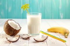 Стекло молока кокоса на белом деревянном столе, бананах тропическо стоковые фото