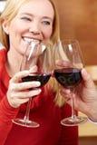 стекло она женщина вина повышений Стоковая Фотография