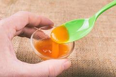 Стекло оранжевого студня сделанное из mucilage Psyllium Стоковое Изображение RF