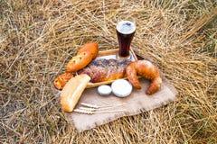 Стекло пива или кваса и хлебов на скатерти Стоковая Фотография