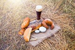 Стекло пива или кваса и хлебов на скатерти Стоковые Изображения