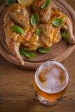 Стекло пива и зажаренного цыпленка Хорошо испеченный и сочный цыпленок хорошая еда к стеклу эля Пиво и мясо стоковые фото