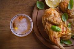 Стекло пива и зажаренного цыпленка Хорошо испеченный и сочный цыпленок хорошая еда к стеклу эля Пиво и мясо стоковое изображение rf