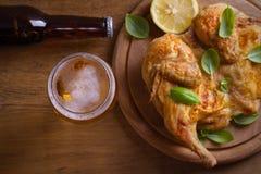 Стекло пива и зажаренного цыпленка Хорошо испеченный и сочный цыпленок хорошая еда к стеклу эля Пиво и мясо стоковые изображения