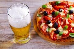 Стекло пива и пиццы на деревянном столе Концепция пива и еды aleppo стоковое изображение rf