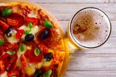 Стекло пива и пиццы на деревянном столе Концепция пива и еды aleppo стоковая фотография rf