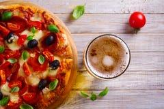 Стекло пива и пиццы на деревянном столе Концепция пива и еды aleppo стоковые фотографии rf