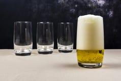 Стекло пива На заднем плане 3 пустых стекла Стоковые Изображения