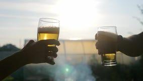 Стекло пива на заходе солнца Охлаждая концепция напитка лета сток-видео