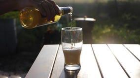 Стекло пива на заходе солнца Охлаждая концепция напитка лета видеоматериал