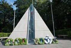 Стекло пирамиды и памятник камня к членам ирландской обороны Стоковая Фотография RF