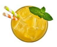 Стекло питья оранжевой соды стоковая фотография rf